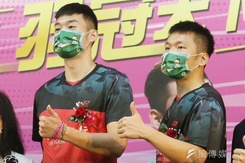 土地銀行舉辦「麟洋羽球認同卡」發行活動,身為土銀員工的王齊麟(左)、李洋(右)出席。(資料照,柯承惠攝)