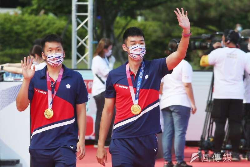 20210901-總統府1日舉行東京奧運中華代表團「Our Heroes!台灣英雄 凱旋派對」,圖為中華奧運選手王齊麟(右)、李洋(左)進場。(柯承惠攝)