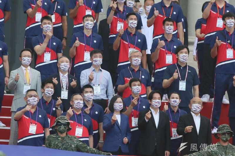 總統府1日舉行東京奧運中華代表團「Our Heroes!台灣英雄 凱旋派對」,總統蔡英文(前排中)、副總統賴清德(前排右二)及行政院長蘇貞昌(前排右一)與代表團成員合影。(柯承惠攝)