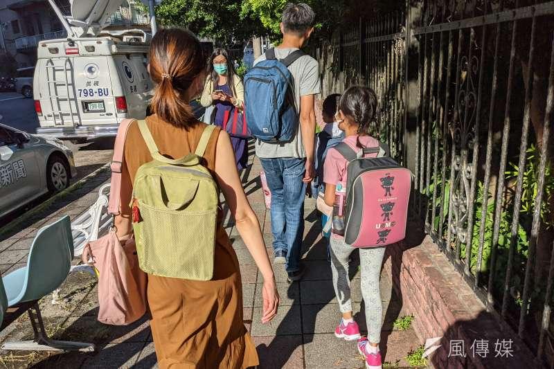 台北市某國小附設幼兒園7日因應板橋幼兒園群聚事件,預防停課一日,圖為該校國小學生上學畫面。(資料照,顏麟宇攝)