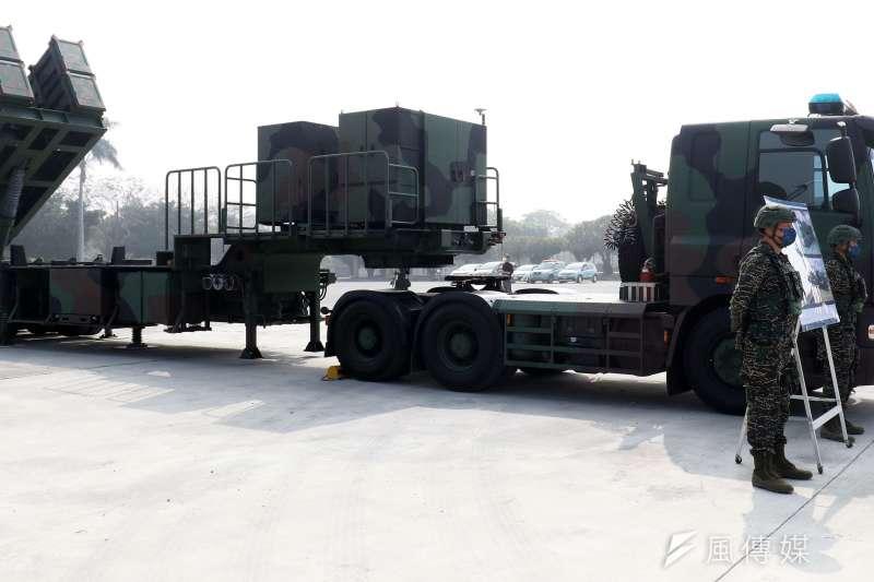 20210910-海軍不對稱戰力組建的要項之一,是針對各型反艦飛彈的投資;除供艦射用的雄二、三型,相同的飛彈還能以陸基方式機動部署,能從台灣本島各固定陣地及戰術要點進行射擊,發揮鉗制台海的強大威力。圖為飛彈發射車。(蘇仲泓攝)