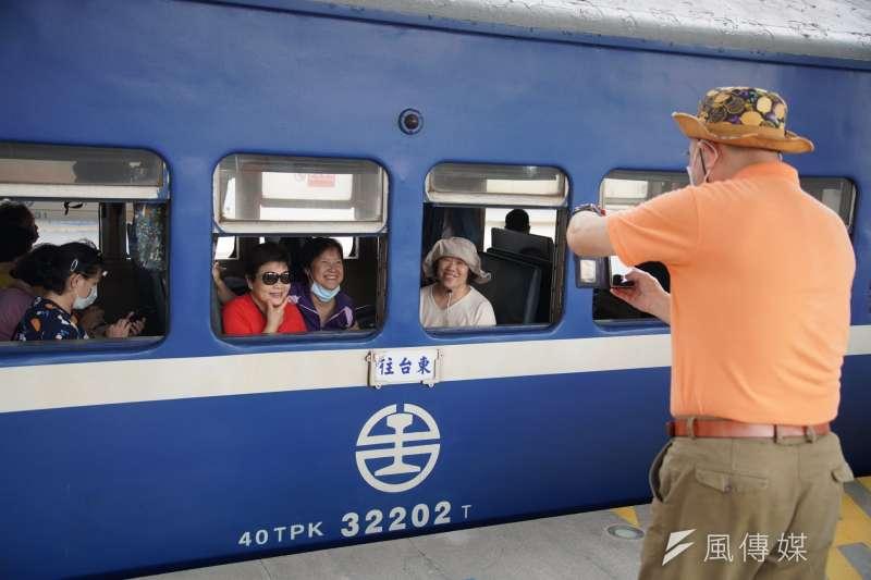 「藍皮」普快車隨著南迴線電氣化通車停駛,現將以「藍皮解憂號」觀光列車模式重新復出。(盧逸峰攝)
