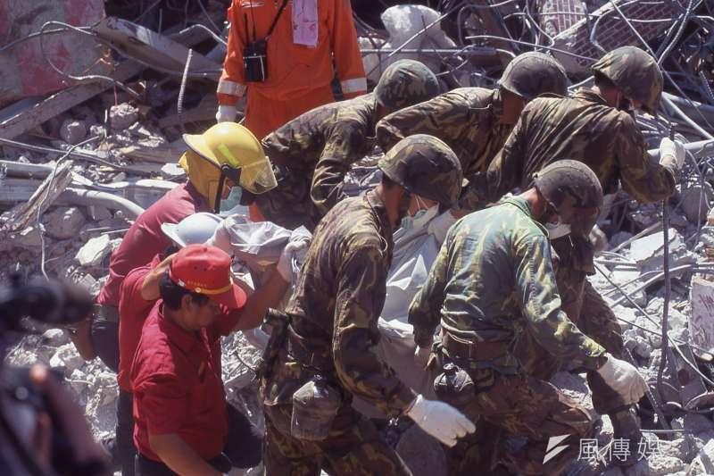 在九二一大地震後,國軍部隊快速地抵達災區救災。(新新聞資料照)
