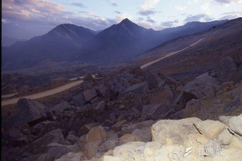 九二一大地震改變了自然地貌,一時已看不到青山綠水。(新新聞資料照)