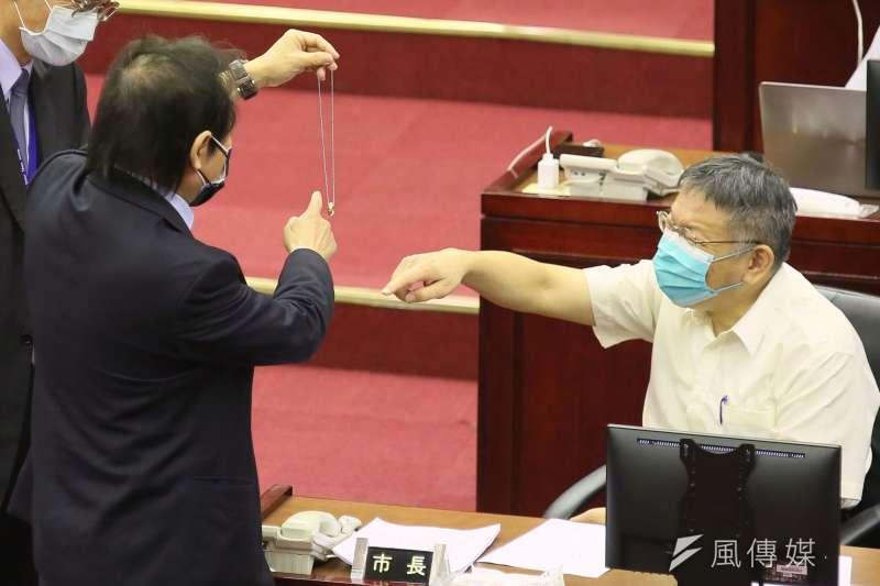 台北市議員王世堅(左)16日在市議會送「魔戒」給市長柯文哲(右),要柯文哲好好反省,不能一心只追求權力。(柯承惠攝)