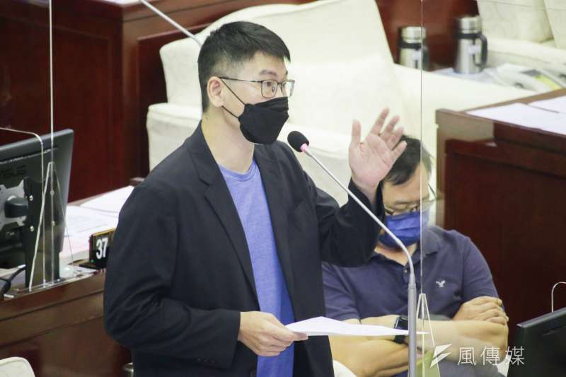 台北市議員梁文傑(見圖)於市議會質詢提問,北市明年編列28億要採購何種疫苗?市長柯文哲表示,專家建議是採購Novavax疫苗。(蔡親傑攝)
