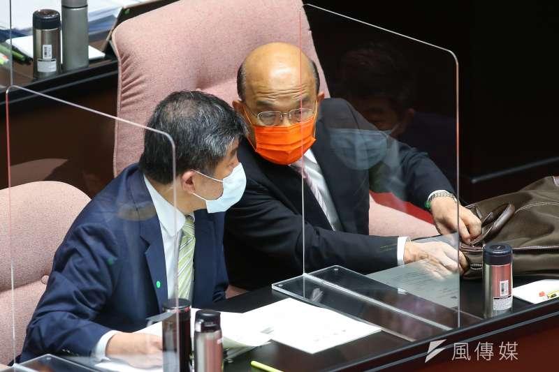 行政院長蘇貞昌(右)17日就國籍航空機組員隔離「3+11」決策過程至立法院進行專案報告,但因國民黨團強力杯葛而無法上台。(資料照,顏麟宇攝)