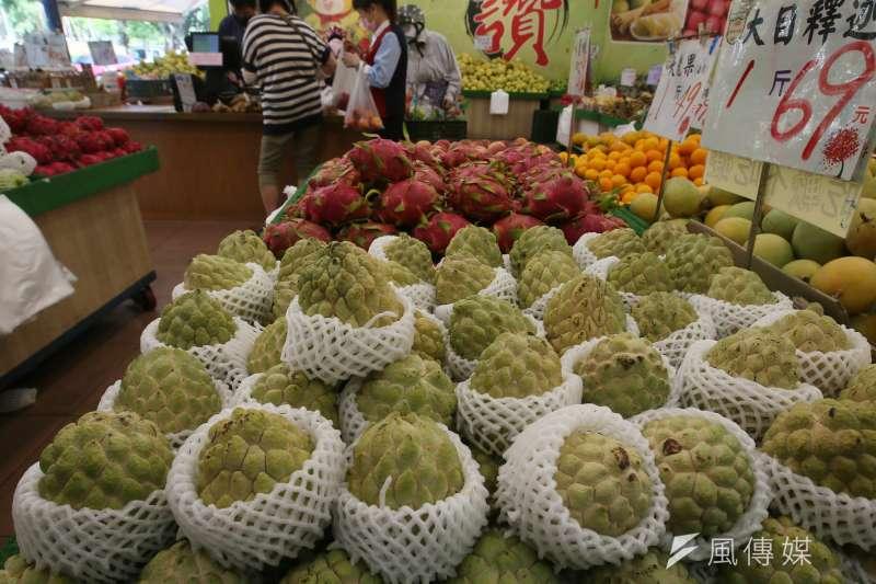 中國宣布20日起暫停台灣水果釋迦、蓮霧輸入。圖為水果店販賣的台灣釋迦。(柯承惠攝)