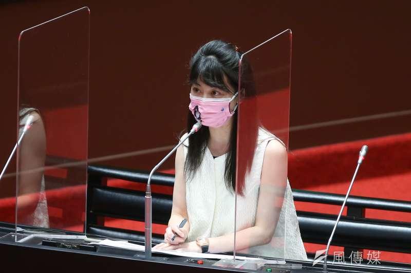 民進黨立委高嘉瑜(見圖)22日在立法院質詢時,要求打完兩劑疫苗的官員站起來,不過,行政院長蘇貞昌連忙出聲阻擋。(顏麟宇攝)