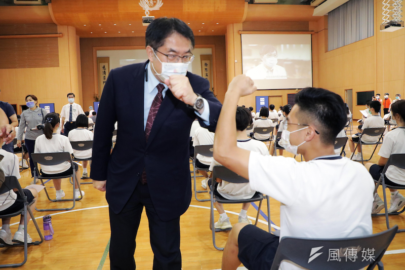 台南市長黃偉哲午後親自到安平區慈濟高中視察首場BNT的接種情況。(圖/徐炳文提供)