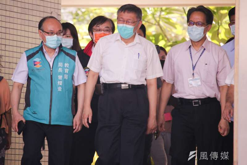台北市長柯文哲視導育成高中施打BMT疫苗。(蔡親傑攝)