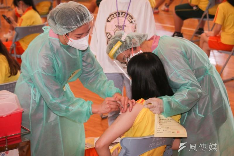 台灣疫苗覆蓋率突破5成,但多數人都僅接種1劑,不少民眾都擔憂保護力到底夠不夠?(資料照,蔡親傑攝)