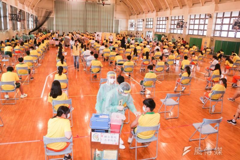 20210922-台北市育成高中22日於校內為學生施打BMT疫苗。(蔡親傑攝)