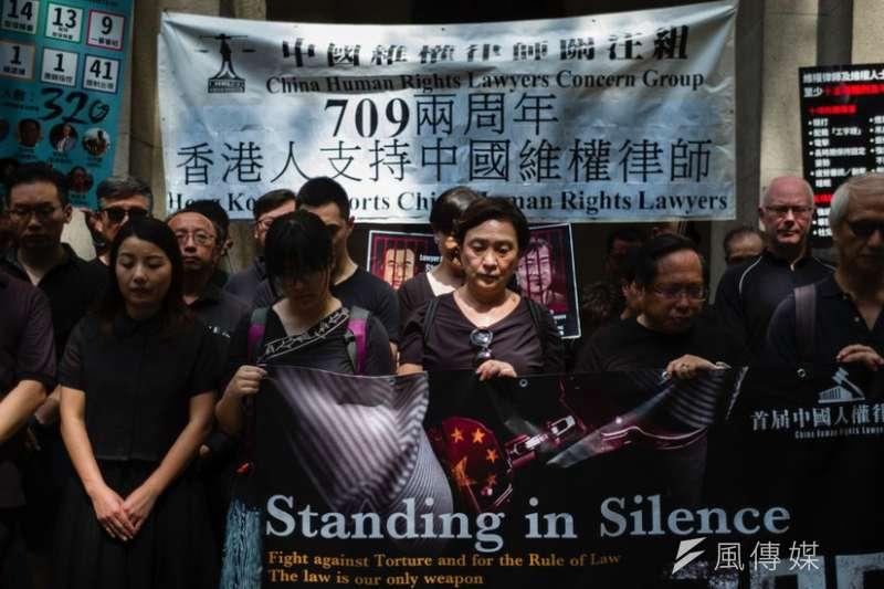 中國維權律師關注組有不少聲援活動與支聯會重合。圖中前排左三為支聯會副主席鄒幸彤,右三為劉慧卿,右二為何俊仁。(BBC中文網)