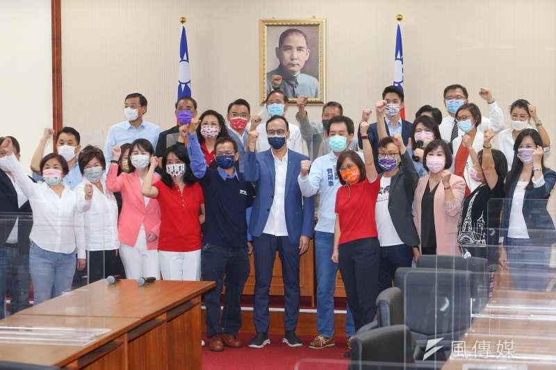 國民黨主席候選人朱立倫23日至立院拜訪國民黨籍立委。(顏麟宇攝)