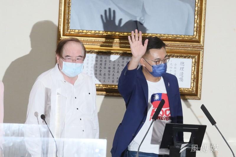 國民黨主席候選人江啓臣(右)在中央黨部發表落選談話。(資料照,柯承惠攝)