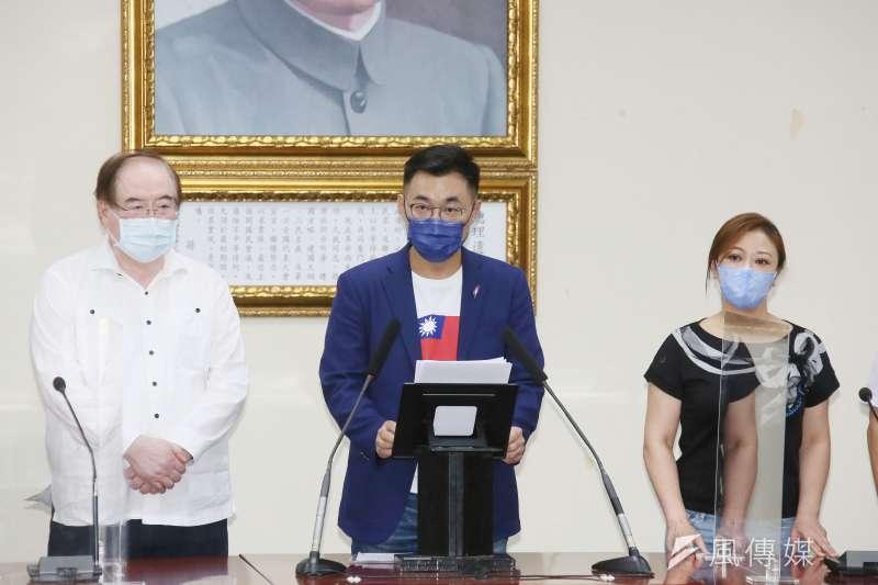 國民黨主席25日舉行選舉,候選人江啟臣(中)晚間在中央黨部發表談話。(資料照,柯承惠攝)