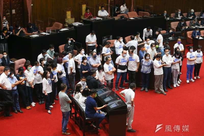 20210928-國民兩黨立委28日分別佔領議場。(顏麟宇攝)