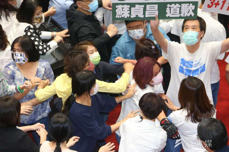 20210928-民進黨立委邱議瑩(黃衣者)28日於推擠過程中動手拍打國民黨立委陳玉珍(紅髮者)。(顏麟宇攝)