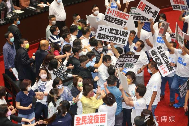 行政院長蘇貞昌28日在國民兩黨立委推擠過程中備詢。(顏麟宇攝)