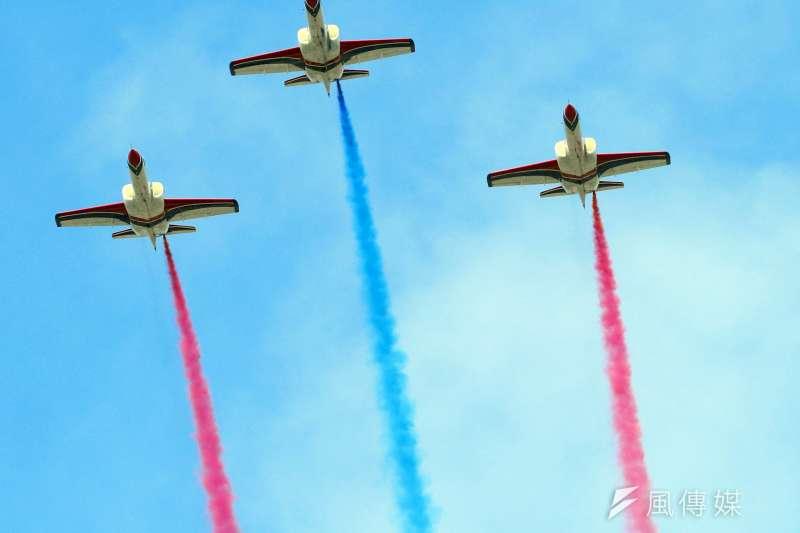 國軍28日進行國慶空中分列式預演,圖為空軍雷虎小組衝場。(蘇仲泓攝)