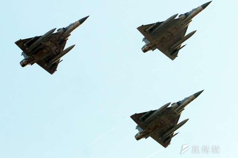 20210928-國軍28日進行國慶空中分列式預演,圖為幻象2000。(蘇仲泓攝)