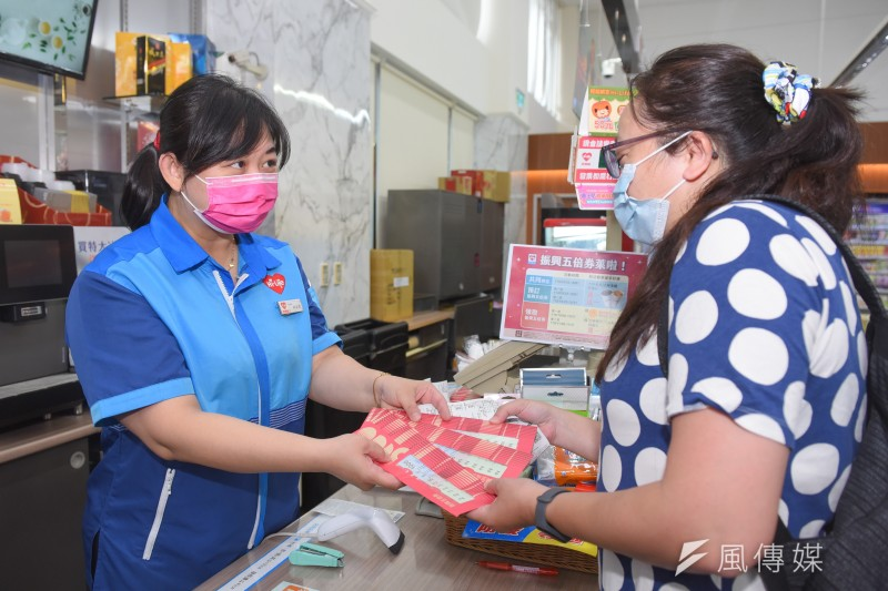 20211008-民眾8日至便利商店領取「振興五倍券」。(顏麟宇攝)