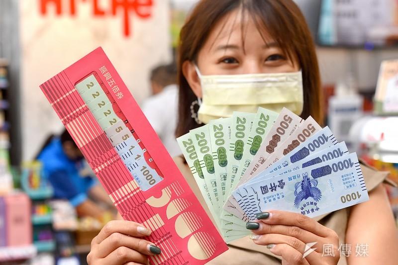 民眾陸續開始領取「振興五倍券」,消費概念股商機可期。(資料照,顏麟宇攝)
