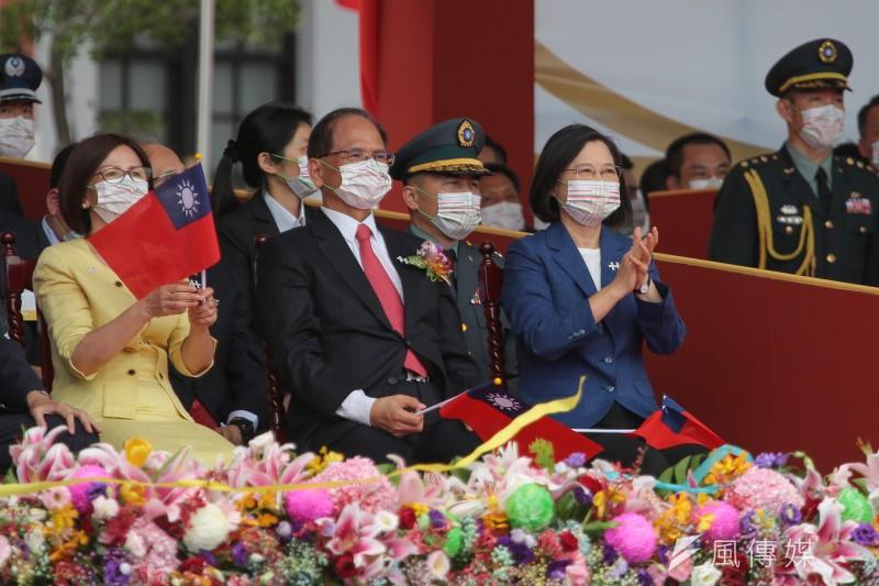 總統蔡英文(右一)今年國慶談話提出「4個堅持」,包含中華民國與中華人民共和國互不隸屬。(顏麟宇攝)