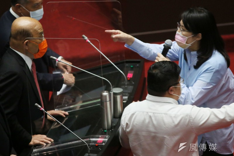 行政院長蘇貞昌(左)與國民黨立委鄭麗文(右一)12日在立法院質詢時,爆發嚴重口角衝突。(資料照,柯承惠攝)