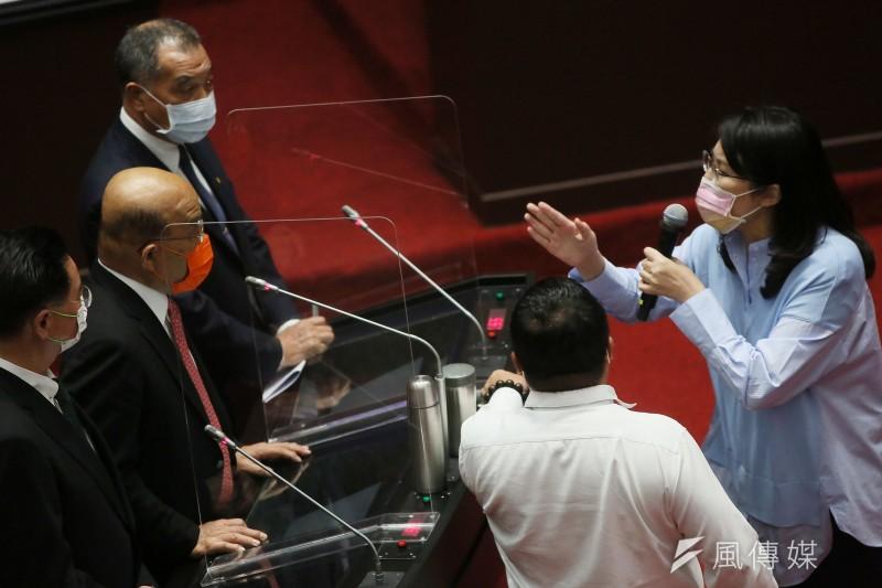 行政院長蘇貞昌(左中)與立委鄭麗文(右)12日在立法院質詢時針鋒相對。(柯承惠攝)