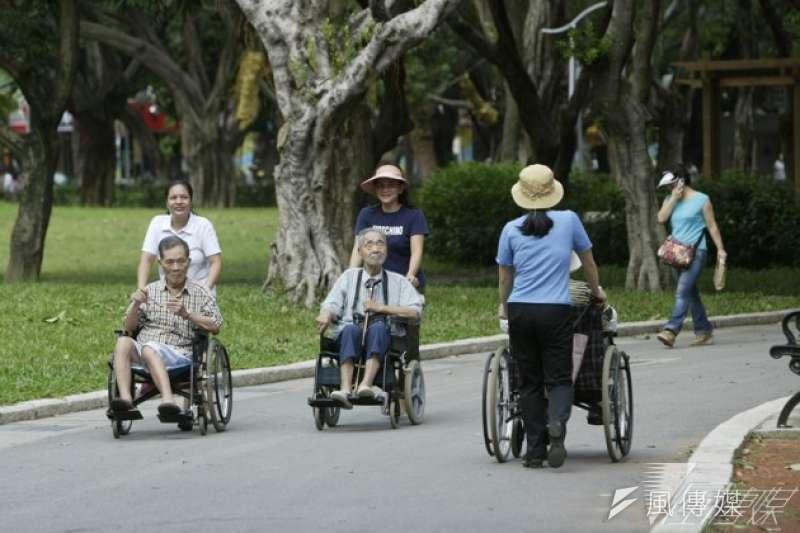 台灣家事服務業工作者與照顧者,因不適用《勞基法》,沒有每周休假的保障,沒辦法參加宗教儀式,造成移工權益遭到變相剝奪。(資料照片,余志偉攝)
