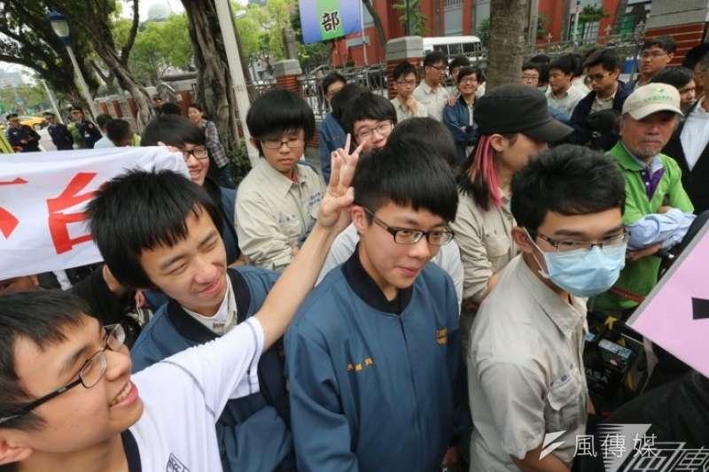 圖為選修「學生自治與公共參與」課程的高中同學參與「捍衛民主)行動。(資料照,吳逸驊攝)