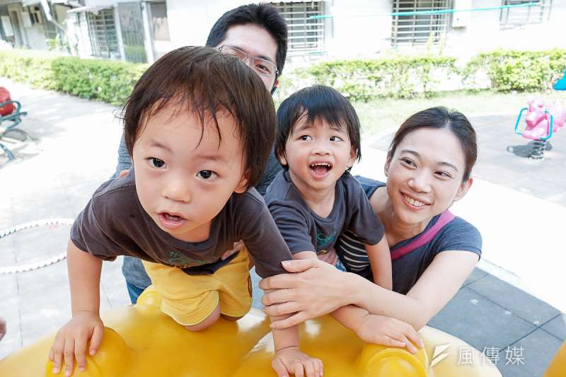 生育率專題,育有雙胞胎的溫芳瑜表示,養育小孩有許多難題要解決。