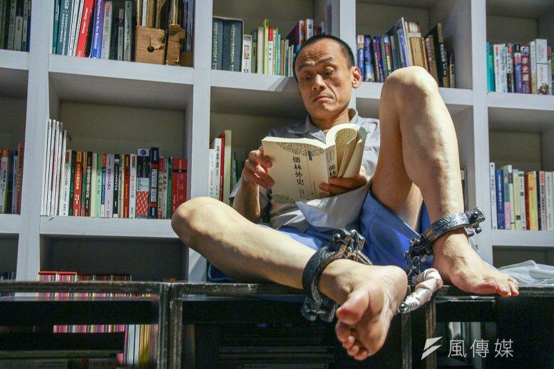 作者以日本再執行死刑點出台灣對於死刑犯的違法羈押。圖為知名電影編劇陳以文在舞台劇《死刑犯的最後一天》中飾演死刑犯。(資料照,曾原信攝)