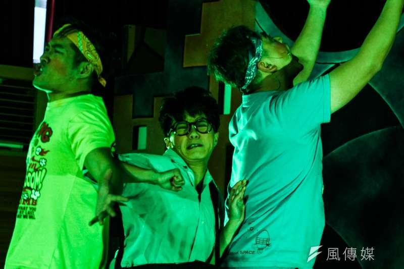 陪伴戒毒者近20年的社工認為,對台灣3萬名毒品犯來說,出獄後想重新活著,好難。圖為紙風車劇團透過舞台劇,讓青少年了解毒品危害。(資料照,曾原信攝)