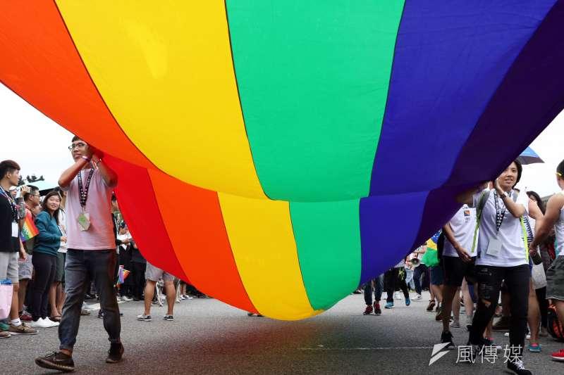 2016年10月29日,第14屆同志大遊行,參與民眾拉長彩虹旗向前邁進-(蘇仲泓攝)