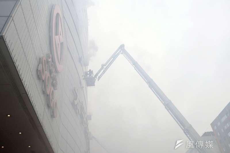 20170112-台北市消防局上午在忠孝東路上的百貨公司進行消防演習,提醒市民春節將至,注意消防安全。圖為雲梯車搶救高樓層受困的民眾。(蘇仲泓攝)