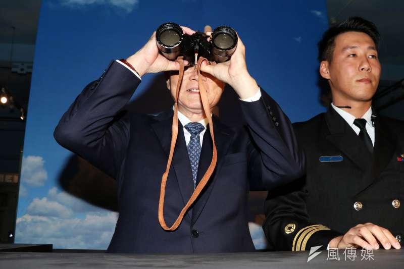 20170113-「深海狙擊者-潛艦部隊發展史蹟特展」上午登場,國防部長馮世寬現場體驗在潛水艇上,以望遠鏡眺望遠方的感覺。(蘇仲泓攝)