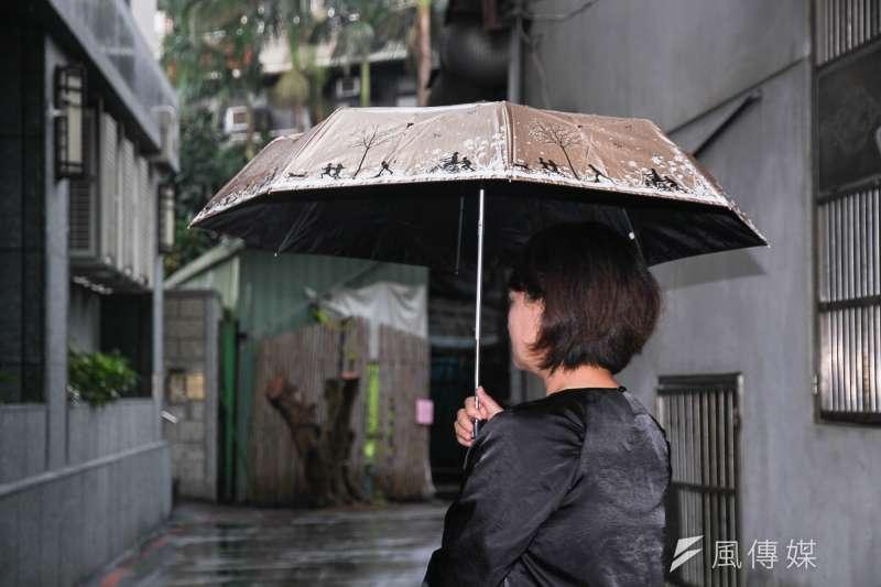 長照政策搞不定,會讓台灣社會陷入「中年流沙」的困境。(圖為照護失智老人的專業人員/曾原信攝)