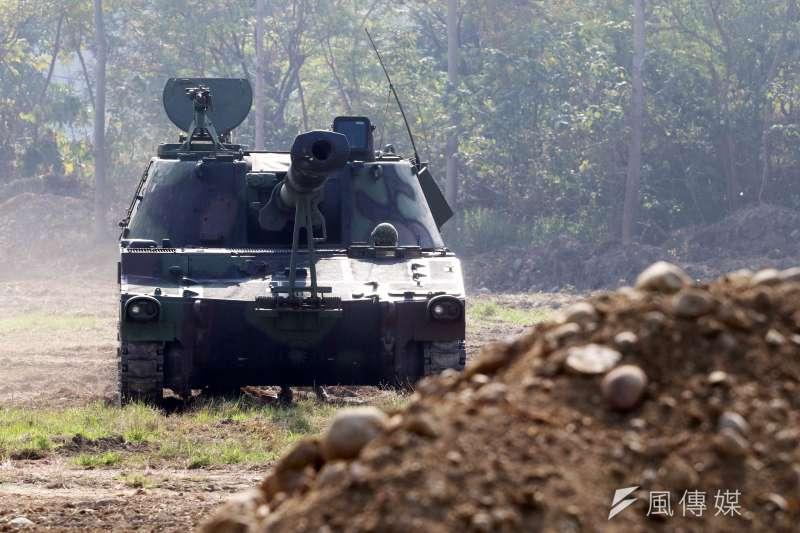 20170117-106年國軍春節加強戰備巡弋首站來到陸軍天山教練場,模擬重要目標遭到敵軍攻佔,出動砲兵部隊的自走砲,準備發起反擊。(蘇仲泓攝)