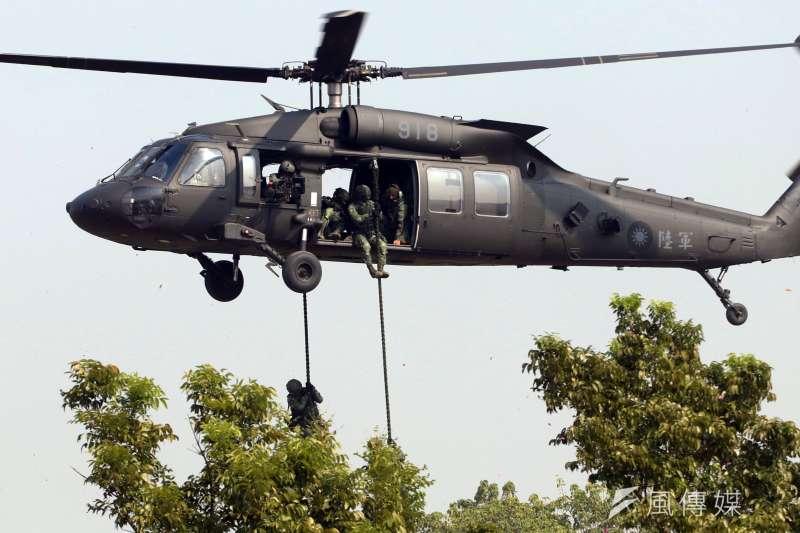 20170117-106年國軍春節加強戰備巡弋首站來到陸軍天山教練場,模擬重要目標遭到敵軍攻佔,陸軍派出UH-60M黑鷹直升機,搭載特戰部隊增援反擊。(蘇仲泓攝)
