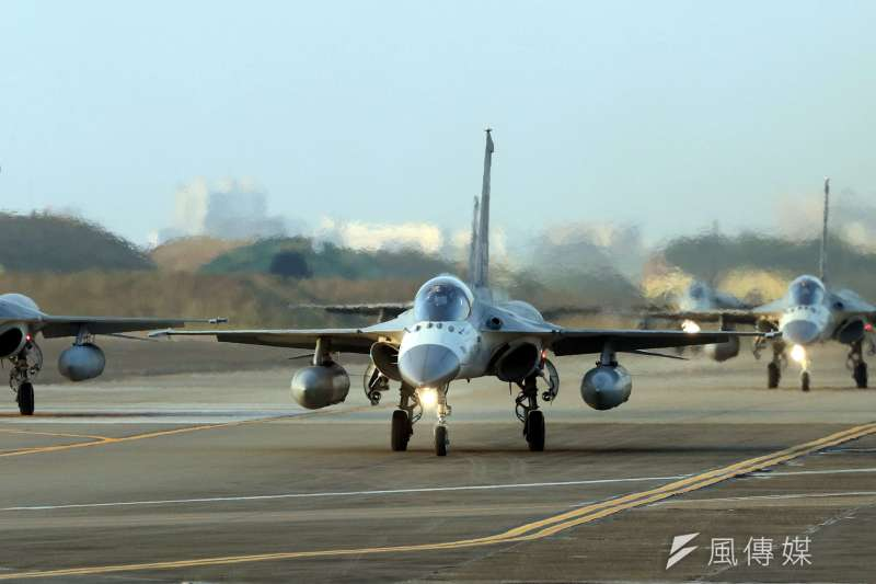 20170117-106年國軍春節加強戰備巡弋第二站來到空軍台南基地,IDF戰機以大兵力滑行的方式,展現空軍健兒的精實戰力。(蘇仲泓攝)
