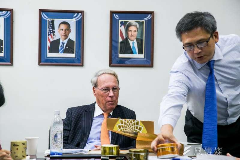 美國在台協會主席薄瑞光(左)與美國在台協會處長梅健華(右)