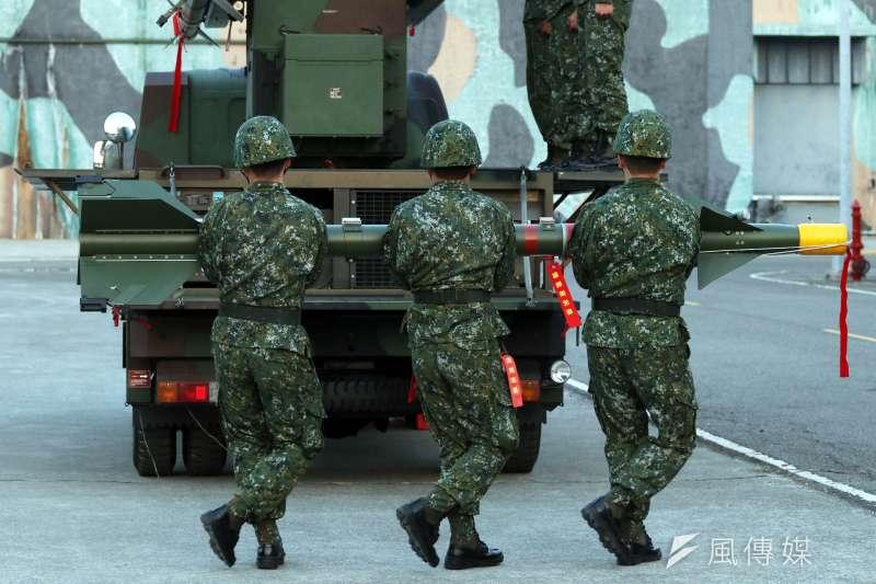 20170117-106年國軍春節加強戰備巡弋第二站來到空軍台南基地,衛戍基地空防安全的防砲部隊,協力搬運車載劍一飛彈,展現捍衛領空的決心。(蘇仲泓攝)