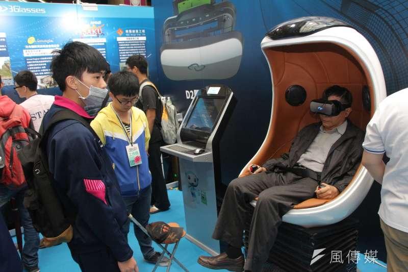 春季電腦展,民眾體驗VR虛擬實境(葉信菉攝)