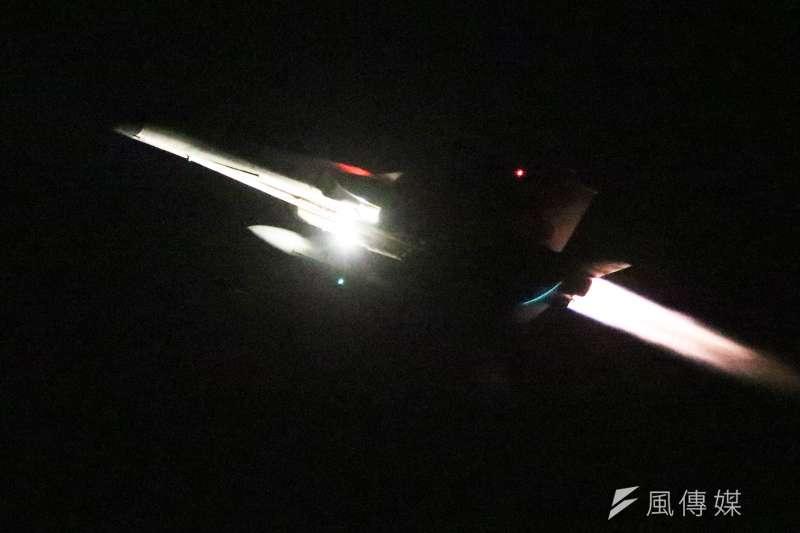 20170117-106年國軍春節加強戰備巡弋第二站來到空軍台南基地。圖為IDF戰機夜間起飛,點燃後燃器臨空飛起,展現空軍健兒精實戰力。(蘇仲泓攝)
