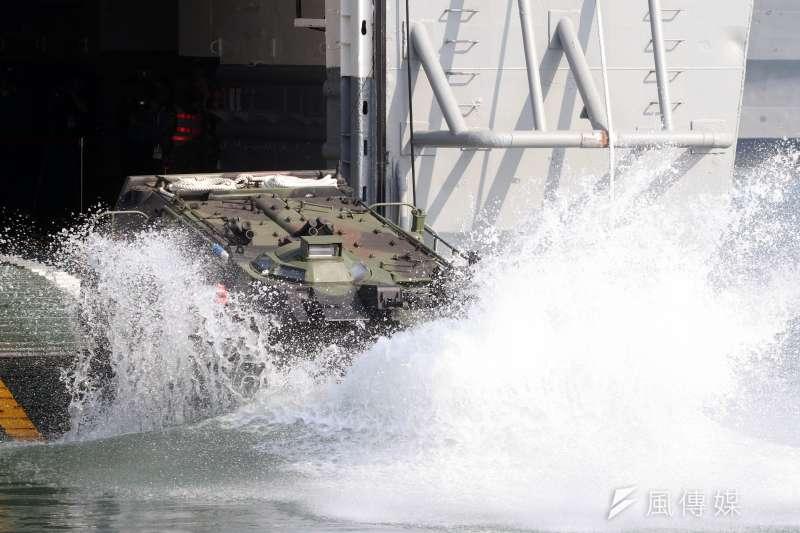20170118-國軍春節加強戰備巡弋第二日,來到海軍左營基地。圖為海軍陸戰隊AAV7P7兩棲突擊車自軍艦內衝入水中,展現優異的兩棲作戰能力。(蘇仲泓攝)