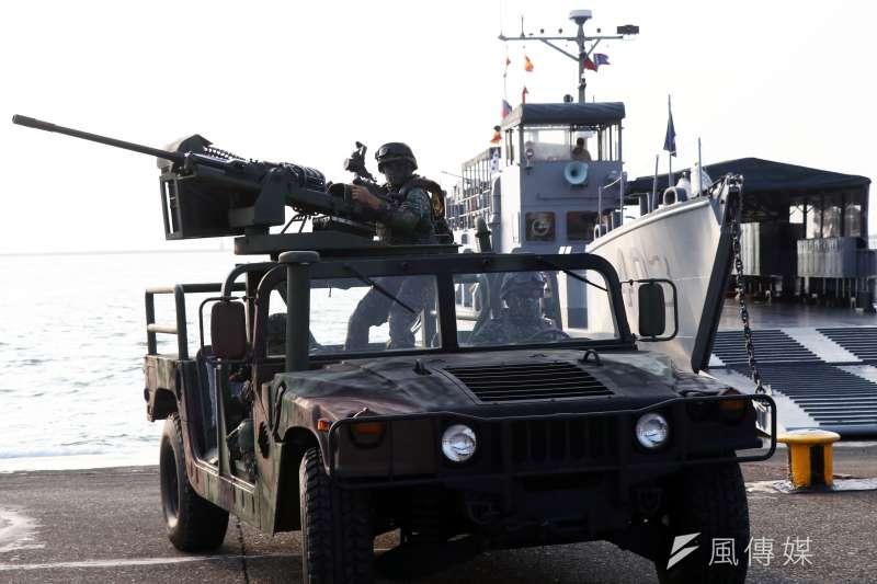 20161109-海軍左營基地營區開放9日舉行全兵力預校,陸戰隊演練搶灘登陸,所屬的20機砲悍馬車駛上岸際-(蘇仲泓攝)