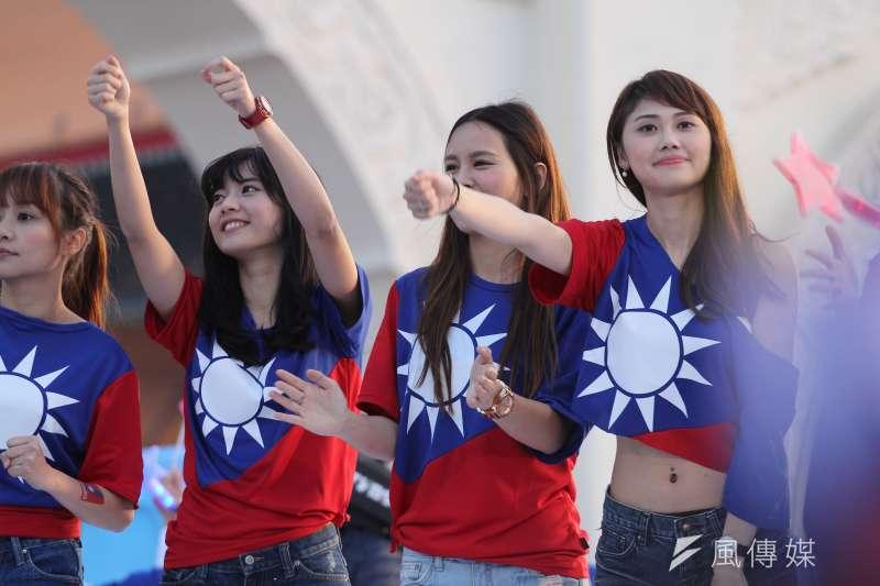 位年輕世代的議員參選人要拼提名,私底下相互串連組連線主動出擊,希望爭取年輕選民支持。圖為國民黨大遊行青年支持者。(資料照,葉信菉攝)